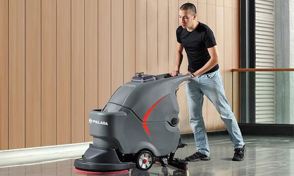 Máy chà sàn giúp loại những vết bẩn cứng đầu nhưng không làm hao mòn bề mặt sàn