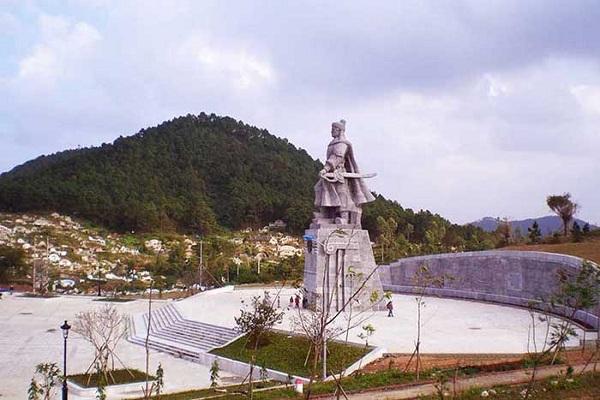 Tượng Trần Quốc Tuấn trên núi Ngự Bình