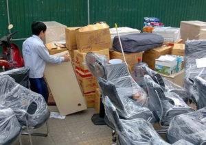 Đóng gói đồ đạc cẩn thận trước khi vận chuyển