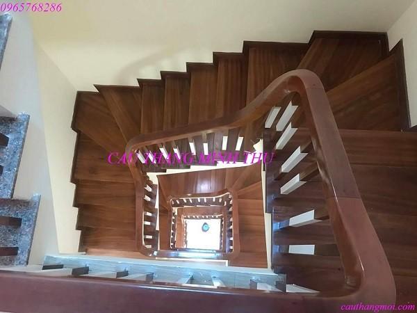 Cầu thang gỗ hình xoắn ốc