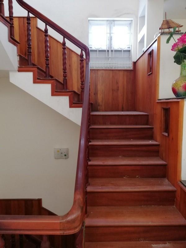Cầu thang gỗ hình chữ L