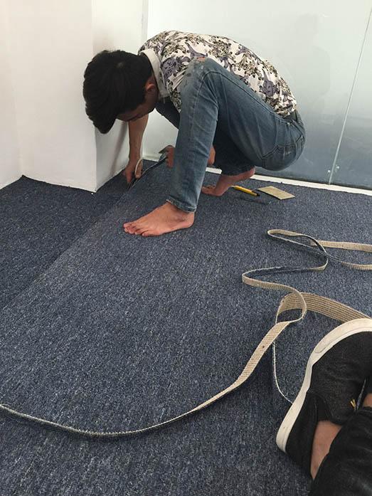Trải thảm xuống sàn nên cẩn thận