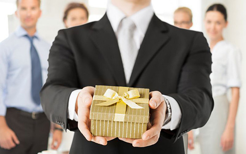 Biếu tặng quà cho sếp- nghệ thuật khôn khéo không phô