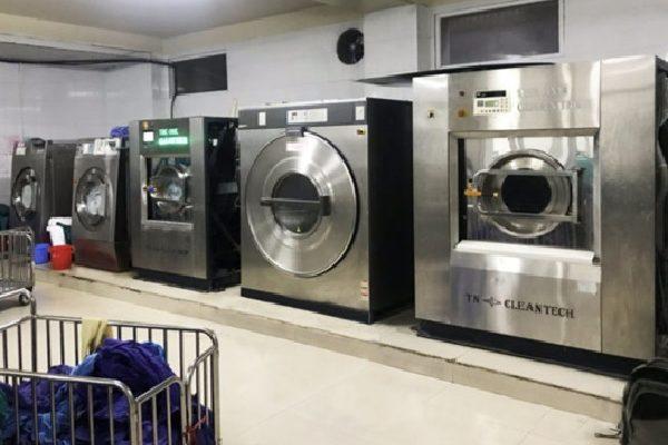 Máy giặt công nghiệp được đặt trên bệ vừa an toàn vừa tăng tính thẩm mỹ