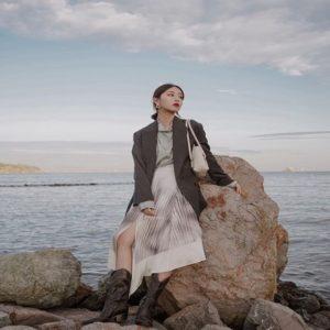 Phối vest nữ với chân váy dài