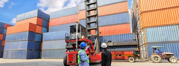 Đóng gói hàng hóa cẩn thận trước khi vận chuyển