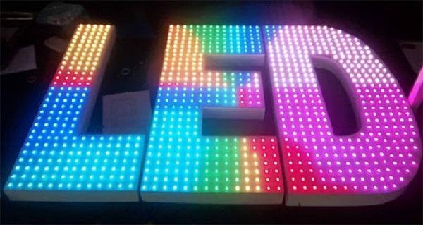 Đèn LED đa sắc trên bảng hiệu